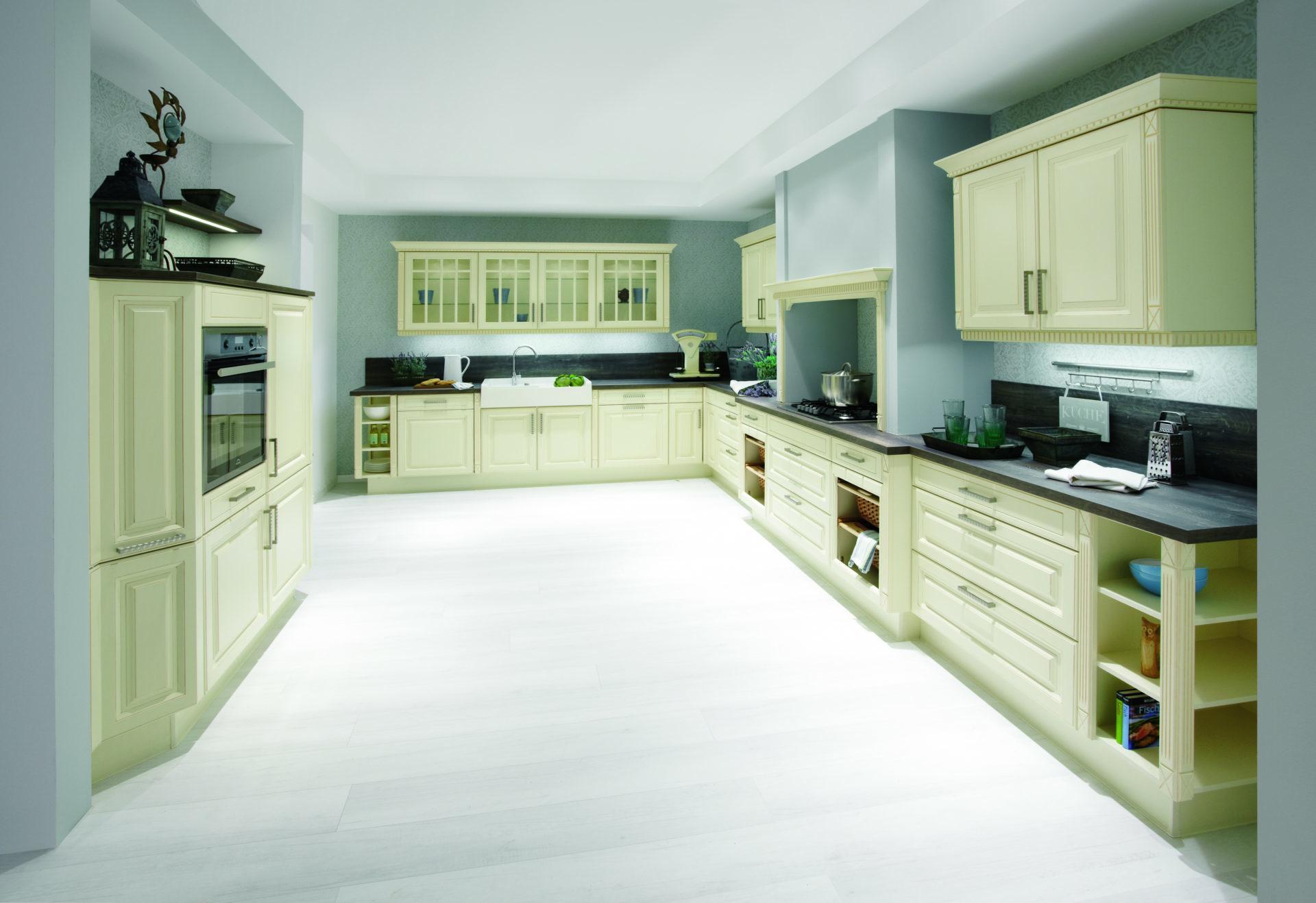 Klassieke keukens beleef je bij keukenhuiz in de westereen for Cuisine montana conforama